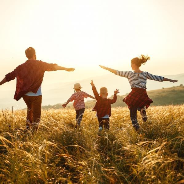 Famille en pleine santé courant dans un champ